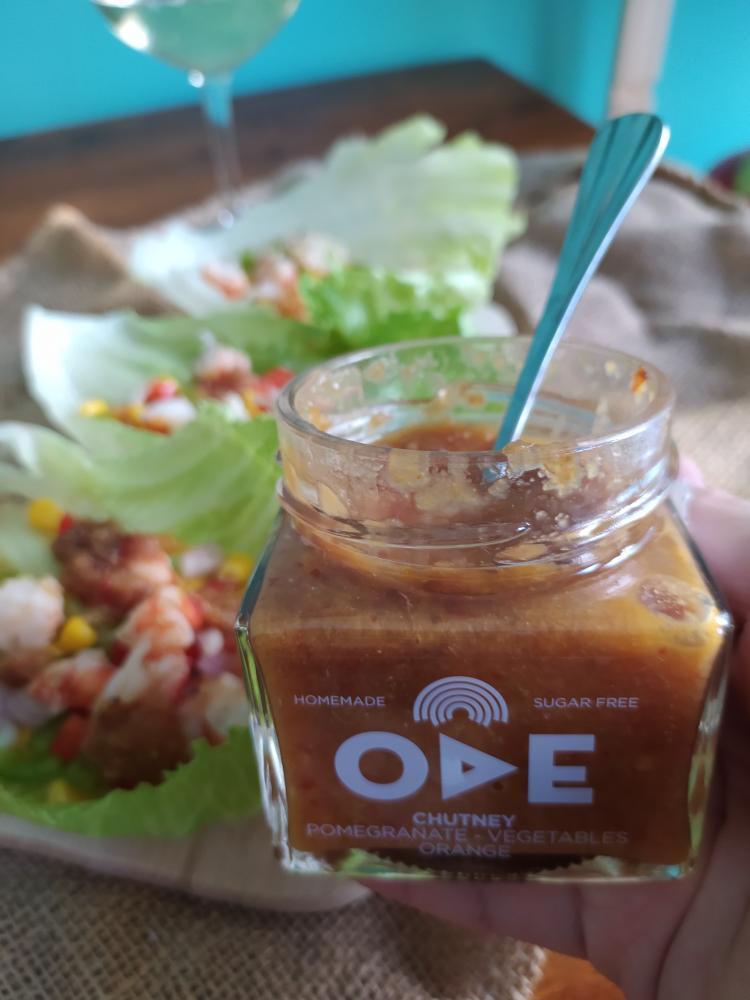 Tacos γαρίδας σε φύλλοiceberg με Chutney ροδιού λαχανικά - πορτοκάλι